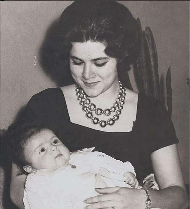 Маленькая Виктория с мамой Люпитой