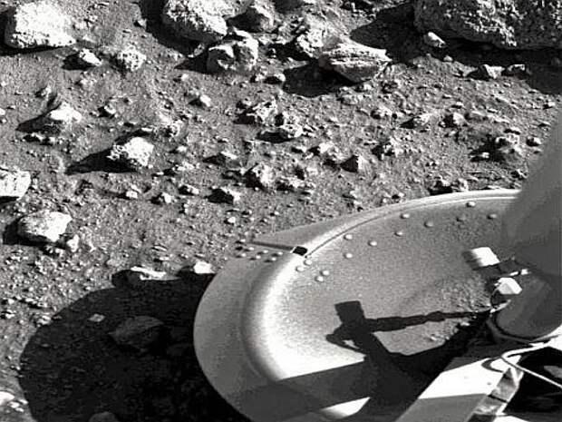 Первая фотография, отправленная на Землю после приземления «Викинга-1» (фото НАСА).