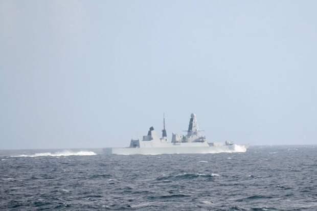 Британский эсминец пришлось отгонять от России огнем и бомбами