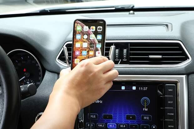 Автоматический держатель позволяет моментально зафиксировать смартфон, не отвлекаясь от дороги. /Фото: ae01.alicdn.com
