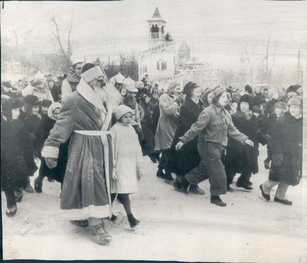 1954. Москва. Дед Мороз в Центральном Парке Культуры