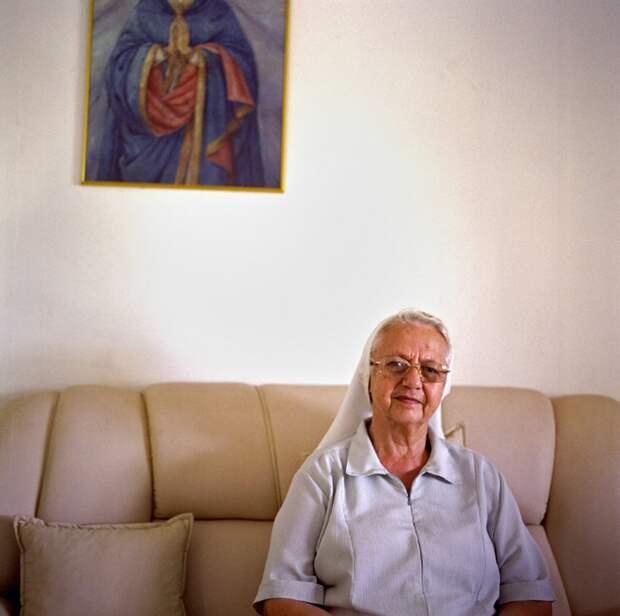 15. Сестра Адель приехала в Бразилию из Милана в 1993 году. Свою работу с семьями в тюрьмах она объясняет цитатой из Библии: «…я был в тюрьме, и ты пришел ко мне…». Бразильский суд постановил в 1999 году, что дети после двух лет не могут жить в тюрьмах со своими матерями. Так как заключенные не доверяют властям, они решили доверить своих детей сестре Адель. Тогда и началась ее миссия. (Luiz Santos)