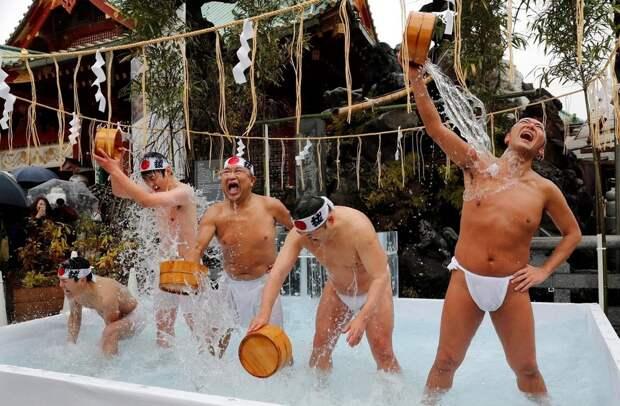 Традиционное купание в холодной воде 2020 в Японии