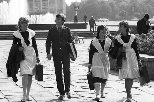 Школьники с дипломатами - характерная примета 80-х гг.