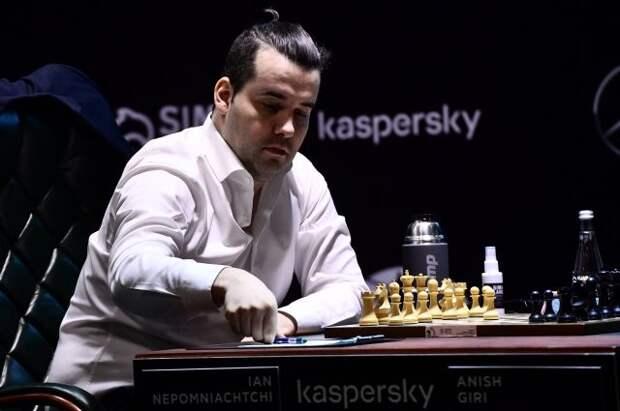 Шахматист Непомнящий сыграл вничью с Гири на турнире претендентов
