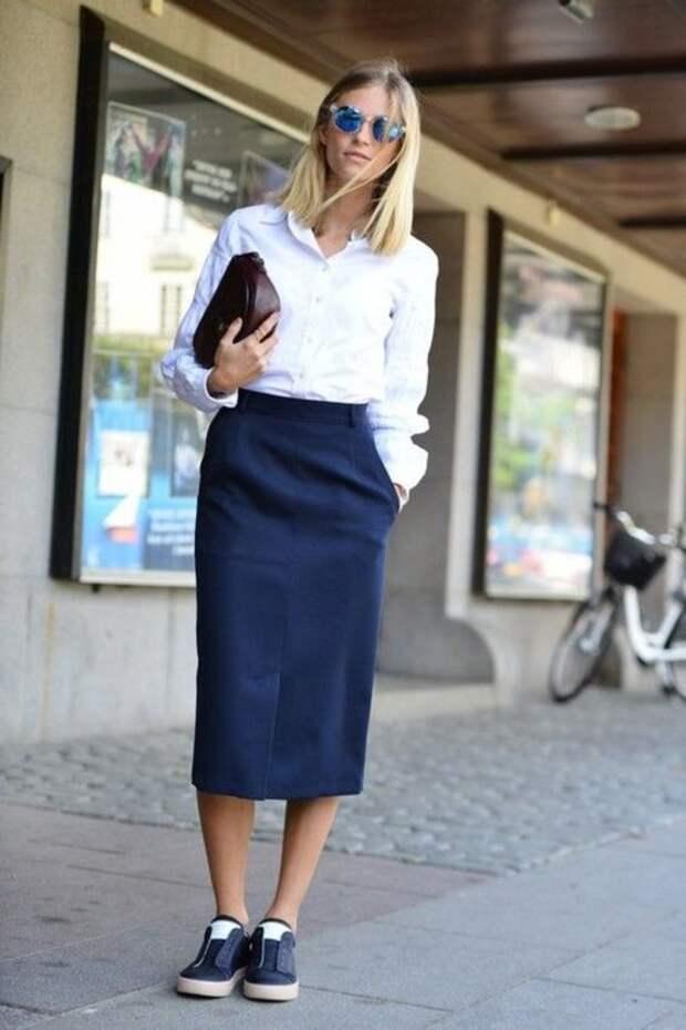 Юбка и кроссовки – 14 образов идеального сочетания для женщин 50+