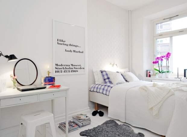 Спальная комната весьма скромных размеров с небольшим туалетным столиком, удобной кроватью и панорамным окном.