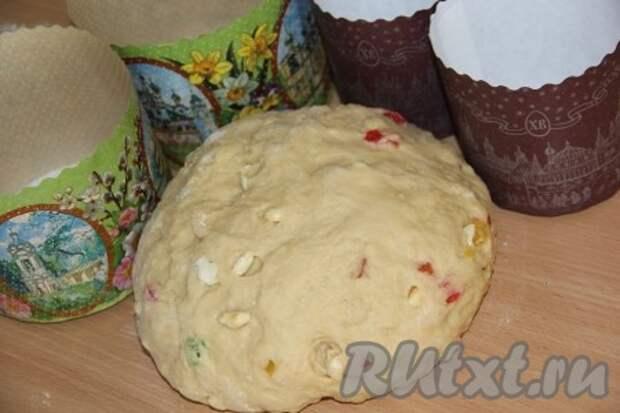 Ещё раз хорошо вымесить тесто, чтобы цукаты и орехи равномерно распределились в тесте.
