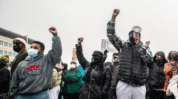 Участники протеста вОкленде устраивают поджоги и грабят магазины