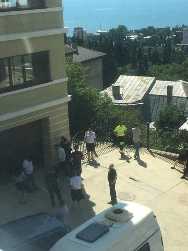 В Ялте приступили к сносу скандальной восьмиэтажки