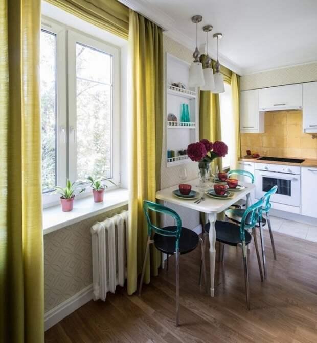 Желтые шторы плохо сочетаются с голубыми стульями. / Фото: Zen.yandex.ru