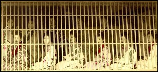 1890-1900. Проститутки за решеткой в неизвестном борделе
