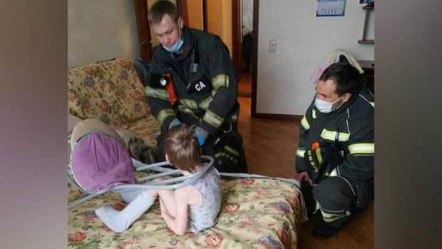 Московские спасатели освободили ребенка, застрявшего головой в спинке стула