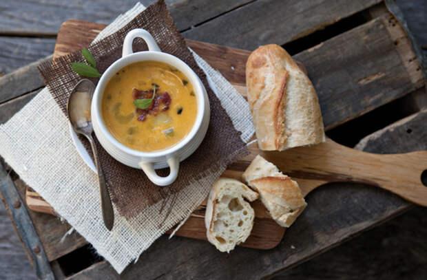 Варим супы из тыквы на замену борщу: добавляем бекон и лапшу