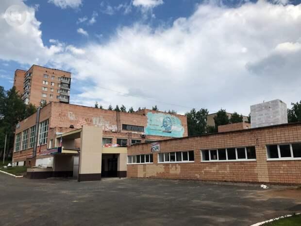 Власти Ижевска проинспектировали школу № 49, где во время ремонта протекла кровля