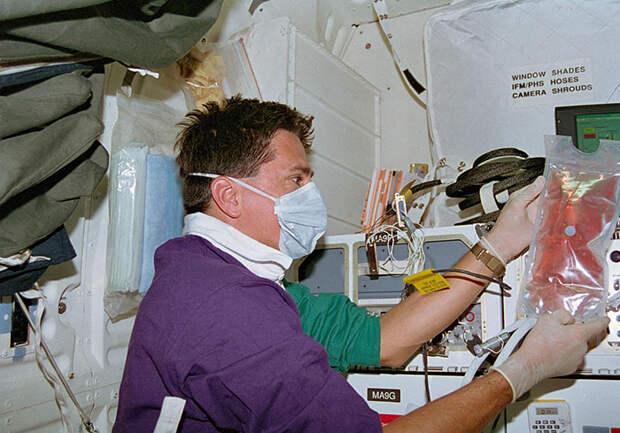 Дон проводит опыты в космосе.