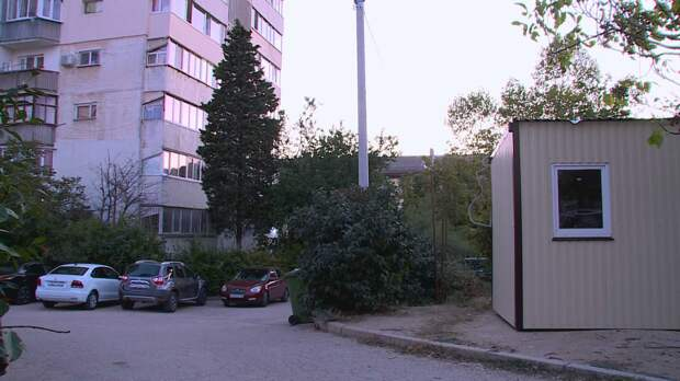 Металлический забор и строительная будка «выросли» посреди двора на улице Гавена
