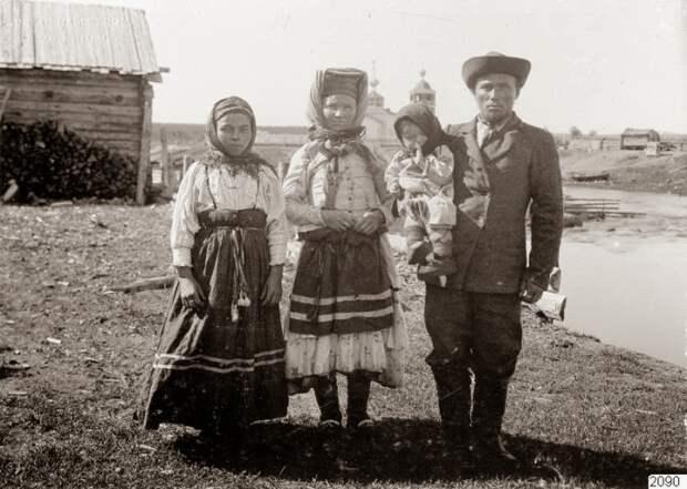 Семья в центральной части посёлка.
