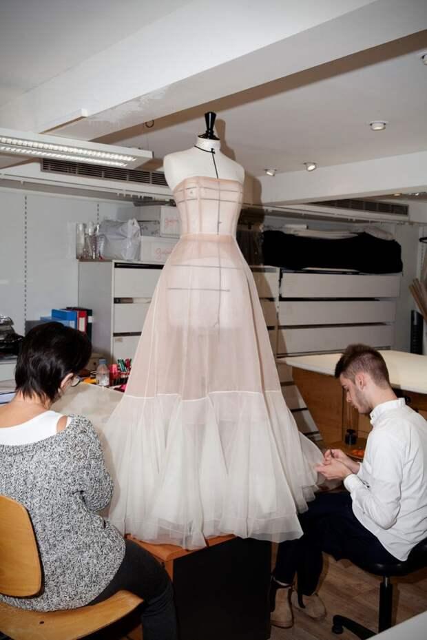 Подборка фотографий кипящей в мастерских высокой моды работы