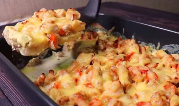 Выкладываю все сверху картошки и в духовку. Ужин, который я готовлю очень часто