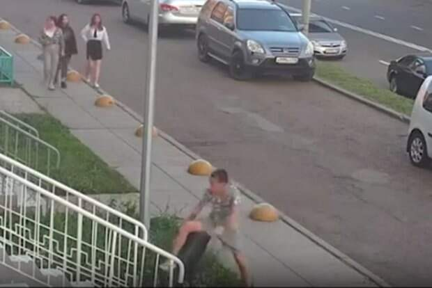 В Татарстане сняли на видео, как подростки устроили погром во дворе дома