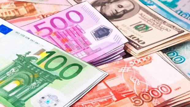 Наличная валюта за месяц потеряла 20% спроса в России