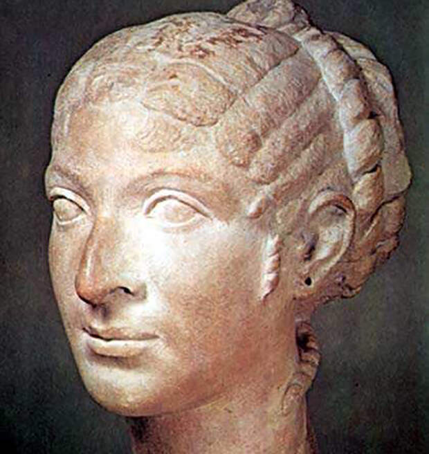 Плутарх говорил, что Клеопатра не та, в кого можно влюбиться с первого взгляда, её привлекательность совершенно иного рода.