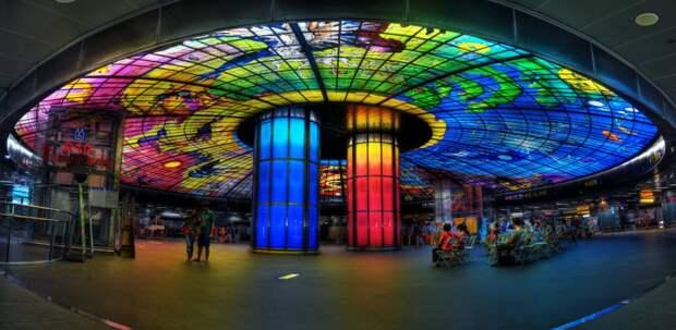 1. Станция на бульваре Формоза в Гаосюне, Тайфань, представляет собой настоящее произведение искусства из 4500 стеклянных панелей. Его даже называют самым большим стеклом в мире. Станция является популярным местом для проведения свадеб.