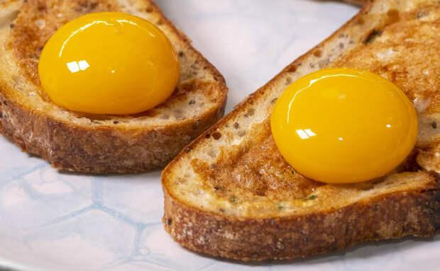 Яичница и хлеб в одной тарелке: разбиваем желток на мякиш и готовим вместе