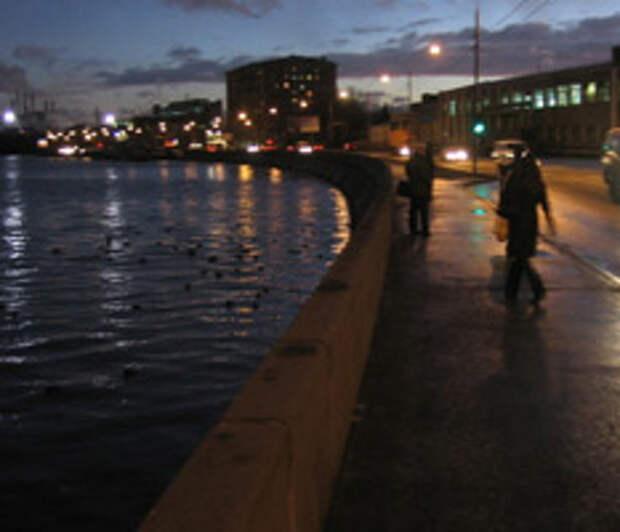 Иномарка упала в Москву-реку