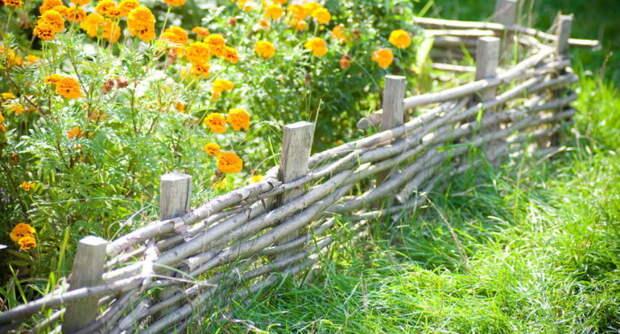 Декоративный заборчик для клумбы. \ Фото: remoo.ru.