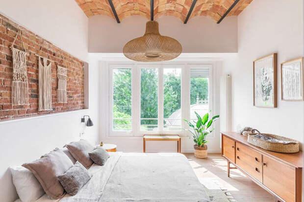Светлая квартира со сводчатыми потолками и декором в стиле бохо в Барселоне