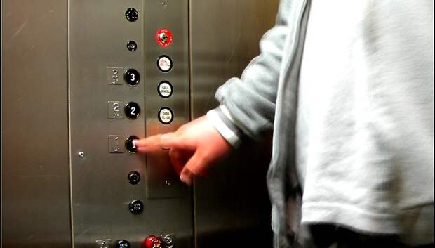 Входы в дома и лифты будут дезинфицировать в Подмосковье из‑за коронавируса