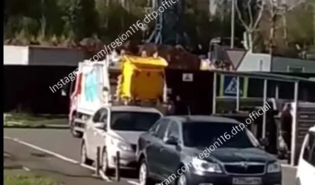Отсортированный мусор едет насвалку водной куче
