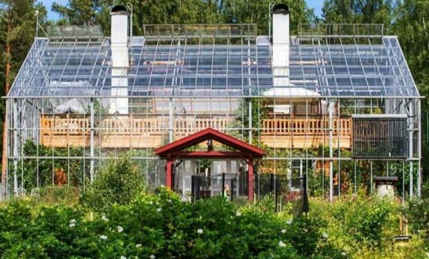 Семье надоела слишком долгая зима и они построили свой дом внутри теплицы