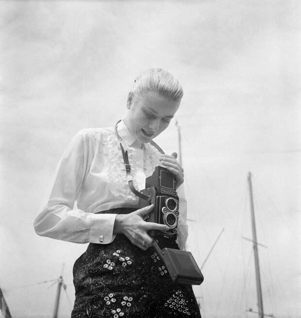 Американская актриса Грейс Келли делает снимок в Каннах во время международного кинофестиваля в 1955 году.