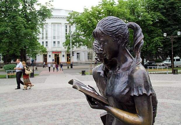 Памятник Шурику и Лиде в Краснодаре. / Фото: www.warnet.ws