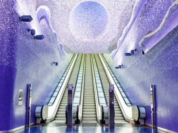 Станцию Толедо в Неаполе освещают красивые огни. Сама станция находится на глубине 50 метров и является одной из самых глубоких в Неаполе.