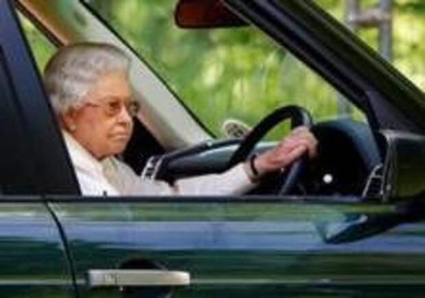 Елизавета II перестанет водить машину на дорогах общего пользования