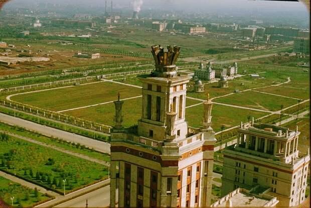 Вид на Москву с высоты Главного здания Московского университета. Фотограф Жак Дюпакье. 1956 год