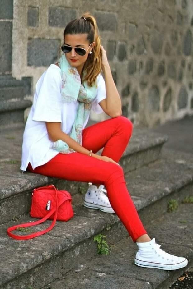 Смелые и яркие образы с разноцветными брюками