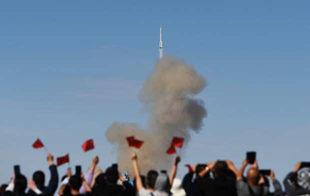 Китай запустил к орбитальной станции корабль с тремя космонавтами