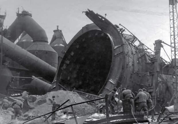 Ликвидировать разрушения, нанесенные войной, помогала вся страна