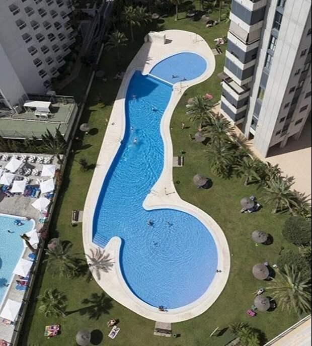 Хреновый дизайн: Туристы делятся фотографиями бассейнов в форме пениса