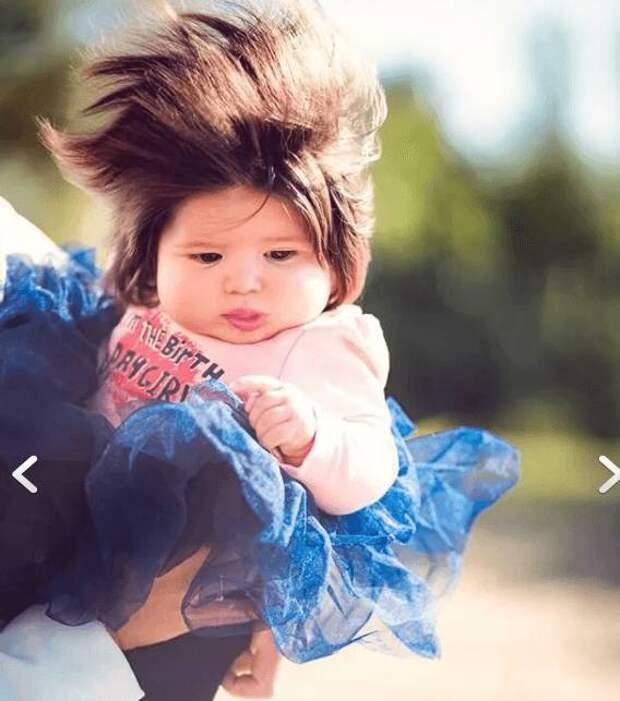 Грудная малышка с длинными волосами стала звездой Интернета