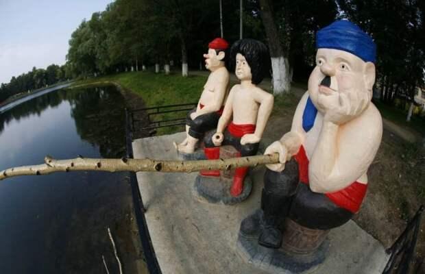Памятник Трусу, Балбесу и Бывалому в селе Раменском. / Фото: www.fishki.net