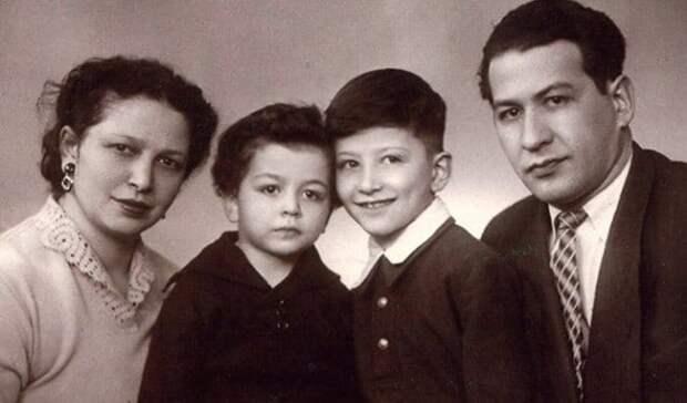 Александр Розенбаум с родителями и младшим братом | Фото: uznayvse.ru