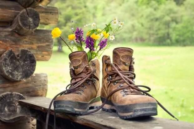 Не спешите выбрасывать пару старых ботинок. Они отлично послужат вам в качестве клумбы, вазы или цветника.
