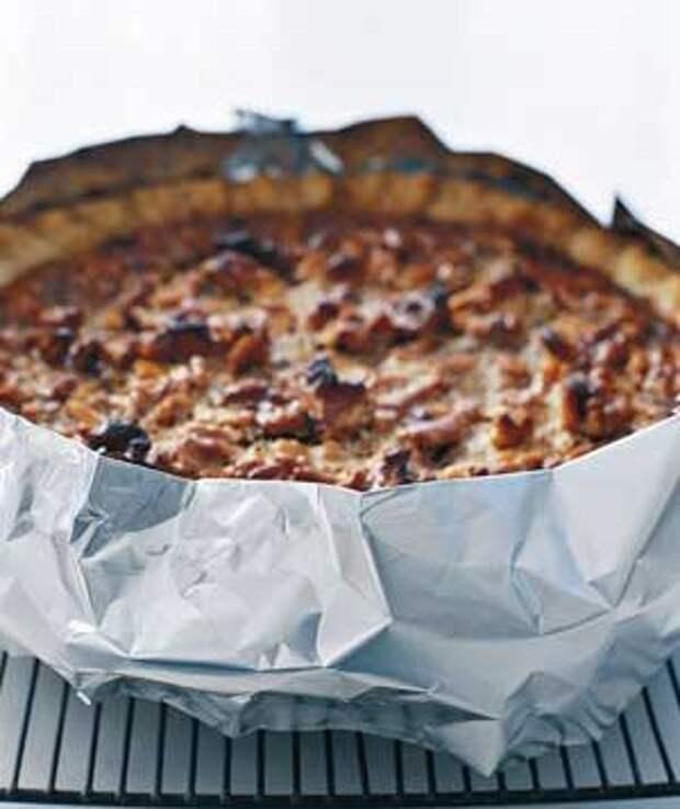 Алюминиевая фольга обернута вокруг коры пирог с орехами