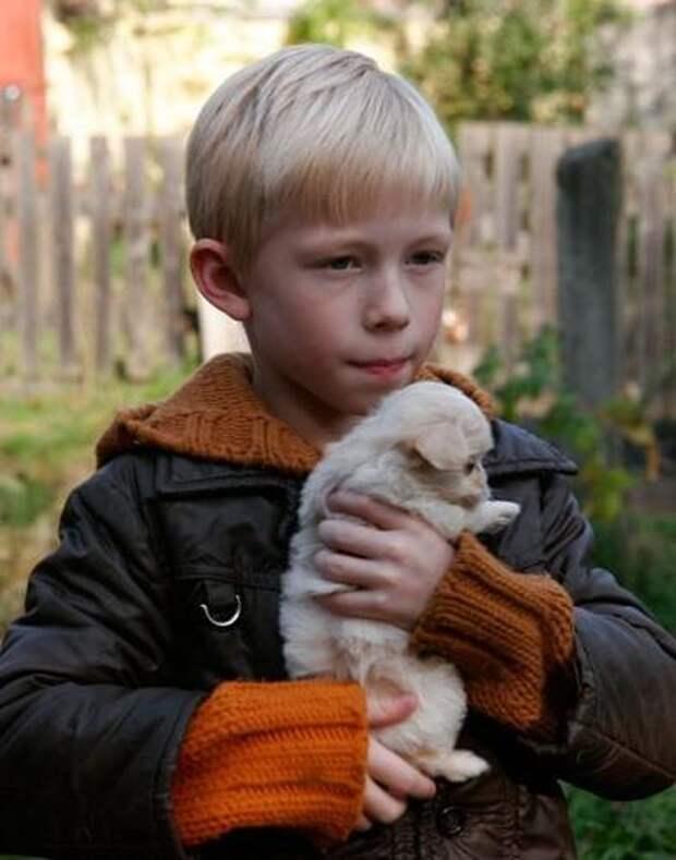 Он стоял у подъезда с бездомным щенком...